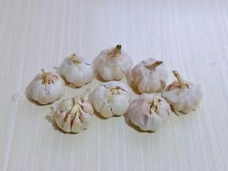 油炸金蒜子,首先大蒜要选用无烂无坏的。