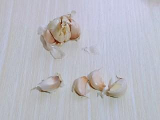 油炸金蒜子,将大蒜掰开,掰成一瓣一瓣的。    3