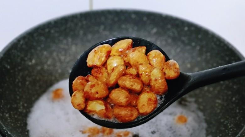 油炸金蒜子,炸至金黄捞出。