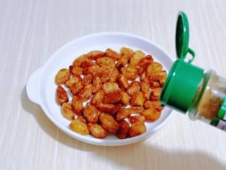 油炸金蒜子,孜然粉,快速翻拌均匀。
