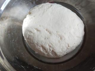 春天的花开了  枣花馒头,封上保鲜膜放入温锅中发酵一小时。