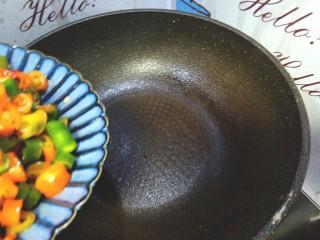 尖椒炒肉,起锅烧热,不放油,放入尖椒