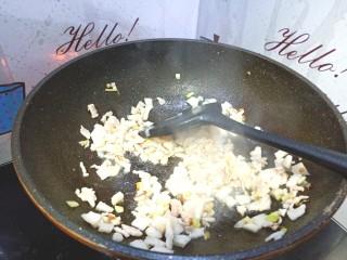 尖椒炒肉,加入肉丁翻炒至变色
