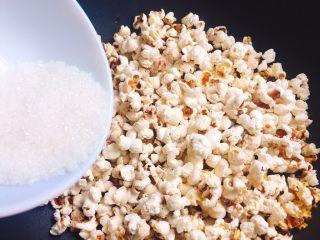 自制爆米花,把白砂糖放入锅中,拌匀,熄火,直至锅里没有声音,就可以打开盖子了。