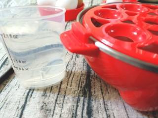 牛油果鸡蛋沙拉杯,取蒸蛋器,量杯中加入最高水位
