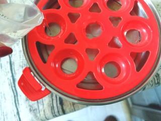 牛油果鸡蛋沙拉杯,水倒入蛋器中