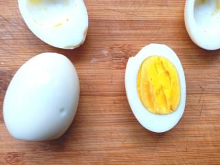 牛油果鸡蛋沙拉杯,煮好的鸡蛋剥去外壳,切成两半,取出蛋黄,蛋白备用