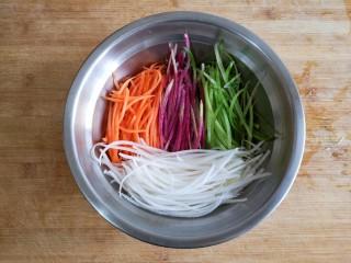 群英荟萃,切好丝的各种萝卜放在容器中。