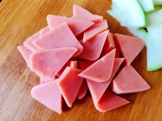 醋熘西葫芦,方火腿切成与西葫芦一样厚薄大小的片备用。
