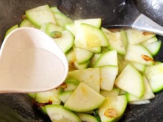 醋熘西葫芦,如果比较干可以适量加一点点开水。