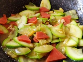 醋熘西葫芦,翻炒均匀即可关火。