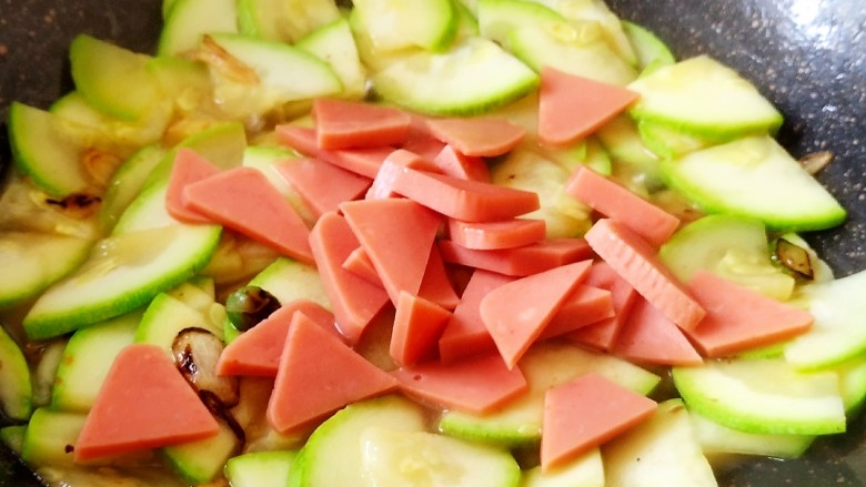 醋熘西葫芦,炒匀后加入方火腿片。