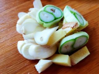 醋熘西葫芦,葱姜蒜分别切好备用。