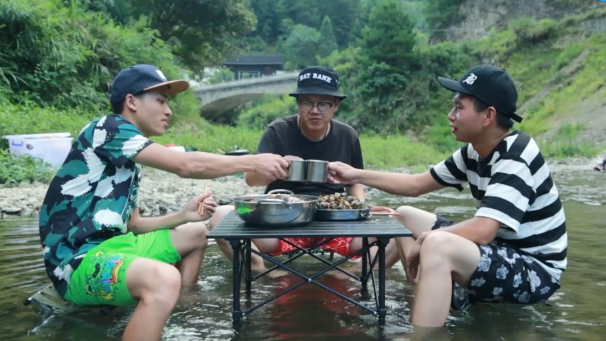躺在河里吃大宴,活的潇洒似神仙