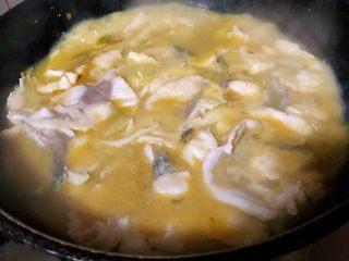 酸菜鱼片汤,鱼片大火煮3分钟左右即可不要用力翻动鱼片易碎