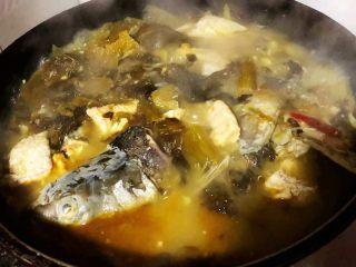 酸菜鱼片汤,炖10分钟放入盐再炖3分钟最后放入味精调味即可