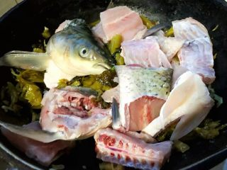 酸菜鱼片汤,放入鱼头、鱼排、鱼尾翻炒均匀要轻最好不要太重