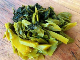 酸菜鱼片汤,酸菜洗净沥干水份切成小段