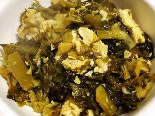 酸菜鱼片汤,将酸菜、鱼头、鱼骨、鱼尾装入盘中