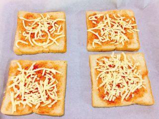 快手吐司披萨,撒上马苏里拉奶酪