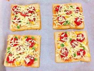 快手吐司披萨,再铺上一层马苏里拉奶酪,现在可以预热烤箱180度,5分钟