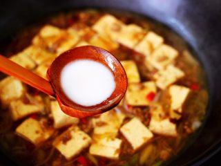 肉末青蒜烩豆腐,这个时候锅中加入提前化开的淀粉勾芡。