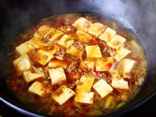 肉末青蒜烩豆腐,大火烧开后转小火继续慢慢炖5分钟左右。