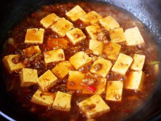 肉末青蒜烩豆腐,大火继续炖至汤汁慢慢变得粘稠时。