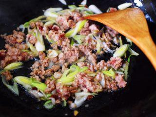 肉末青蒜烩豆腐,大火继续翻炒至肉泥变色。