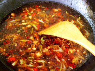 肉末青蒜烩豆腐,翻炒均匀后,锅中倒入适量的清水。