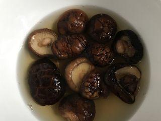 竹荪冬菇鸡汤,干东菇提前浸泡。