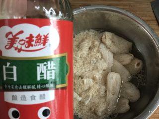 竹荪冬菇鸡汤,将竹荪用水清洗干净,然后浸泡在加了白醋的清水里。
