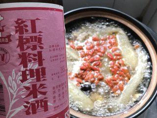 竹荪冬菇鸡汤,待高压锅泄气后打开锅盖,将炖煮的竹荪鸡汤倒入砂锅里,加入枸杞、适量的米酒和盐即可享用。