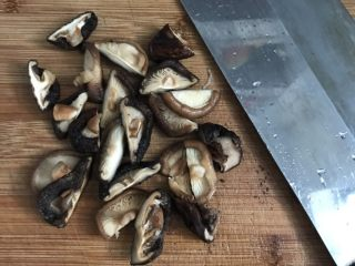 竹荪冬菇鸡汤,将泡发的冬菇挤干水分对切备用。