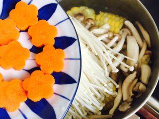 低脂菌菇汤,放入胡萝卜