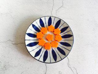 低脂菌菇汤,胡萝卜洗干净去皮切片再用模具压花
