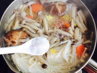 低脂菌菇汤,加入1小茶匙盐