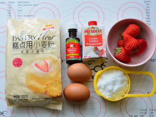 草莓欧蕾,准备好蛋糕的所有材料