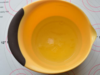 草莓欧蕾,分离好的蛋清放在打蛋盆里面,加入白糖