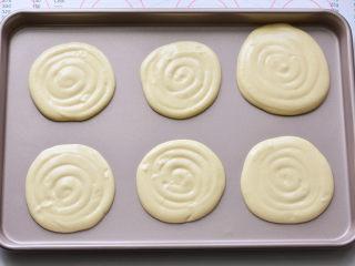 草莓欧蕾,以画圈的方式挤到烤盘里面,预热好的烤箱190度烤10分钟取出晾凉