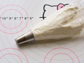 草莓欧蕾,奶油打发好以后放在裱花袋里面