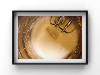 酸奶蓝莓蛋糕,蛋白用打蛋器打至干性发泡(打发过程分两次加入细砂糖:在蛋白霜细腻状态和出现纹路时)