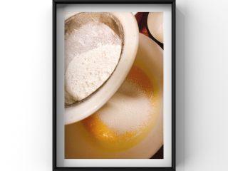 酸奶蓝莓蛋糕,蛋黄中倒入酸奶搅拌均匀后筛入低筋面粉z字形搅拌均匀!