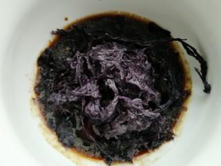 酸汤剪刀面,把紫菜撕成小块放入面碗中