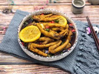 网红柠檬泡椒凤爪,鸡爪经过泡制味道酸酸辣辣的,特别好吃!
