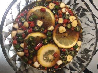 网红柠檬泡椒凤爪,准备一个盘子放入生抽,白醋,盐,白糖,料酒和香油拌匀。再放入辣椒圈,蒜瓣和柠檬。