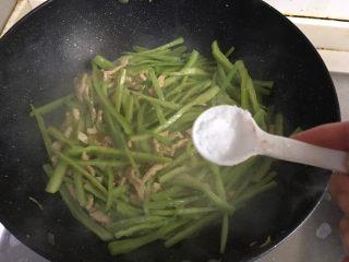 青椒肉丝,加入少量盐