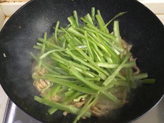 青椒肉丝,肉丝炒至变白后,加入青椒丝拌炒