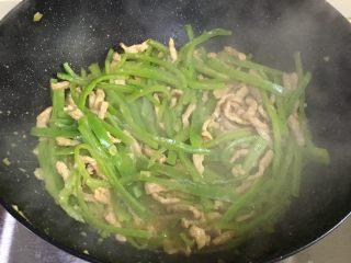 青椒肉丝,翻炒均匀,准备出锅