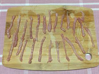 青椒肉丝,切丝,长短大小尽量一致